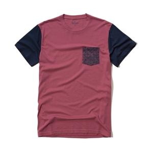 Gemustertes  T-Shirt mit Tasche und Farbblockdesign