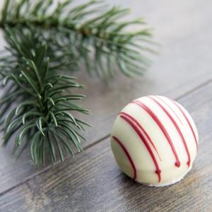 Trüffelpraline Rote Grütze-Vanille in weißer Schokolade