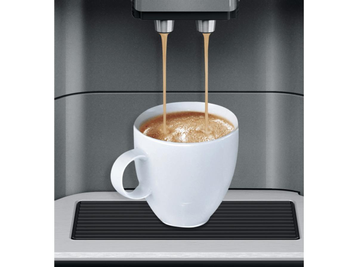 Bild 3 von SIEMENS TE 651509 DE EQ.6 Plus S100, Kaffeevollautomat, 1.7 Liter Wassertank, 15 bar, Keramikmahlwerk, Schwarz/Titanium metallic