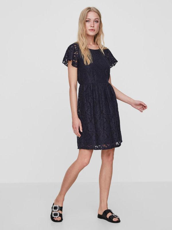 spitzen kleid mit kurzen Ärmeln von vero moda ansehen!