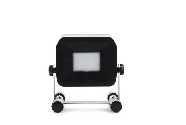 LED Akku-Fluter mit 750 Lumen und Ladefunktion für Smartphones Luceco