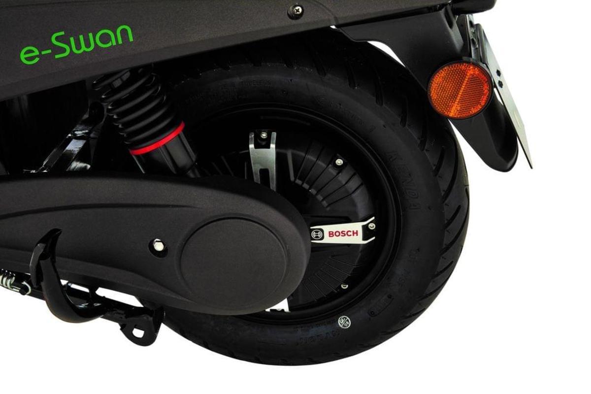 Bild 5 von Elektroroller E-SWAN, 1200 W Markenmotor von Bosch, 45 kmh, herausnehmbarer Lithium-Ionen Akku, ca. 50 - 80 km Reichweite, schwarz/weiß