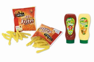 Pommes - Frites - Sortiment mit Ketchup und Mayo