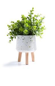 Große Kunstpflanze mit weißem Blumentopf