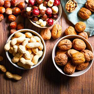Nüsse, versch. Sorten, z.B. Erd,- Hasel- oder Walnüsse, je 100 g