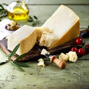 Grana Padano 12 Monate gereift Italienischer Hartkäse mit Rohmilch hergestellt, mind. 32% Fett i. Tr.,  je 100 g