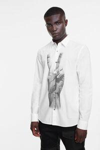 Hemd mit fotografierter Hand als Aufdruck