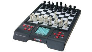 Millennium - Karpov Schachschule - Schachcomputer mit Lehrbuch, interaktiven Übungsaufgaben und Sprachausgabe