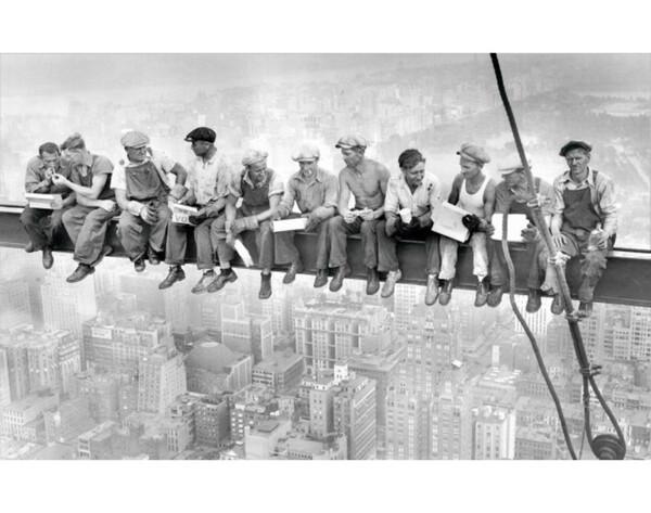 bild arbeiter sitzen auf stahlträger