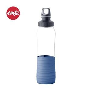 """Trinkflasche """"DRINK2Go"""" - hochwertiger Glaskörper - mit Silikonmanschette für sicheren Halt - 100% dicht – sogar mit Kohlensäure - komplett spülmaschinenfest - Fassungsvermögen ca. 700 ml"""