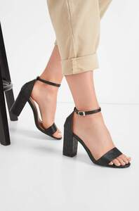Sandaletten in Kroko-Optik