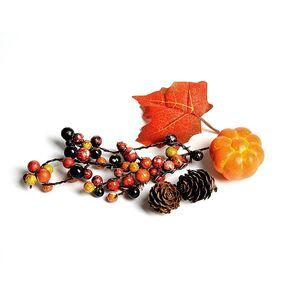 Zweige mit Deko-Herbstfrüchten, orange