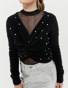 Schwarzer Pullover mit Zopfstrickmuster und Perlen