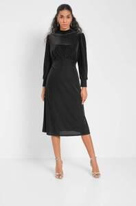 Hochgeschlossenes Kleid