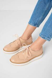 Schuhe in Lack-Optik