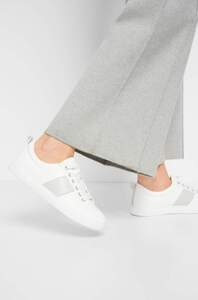 Sneakers mit Metall-Details