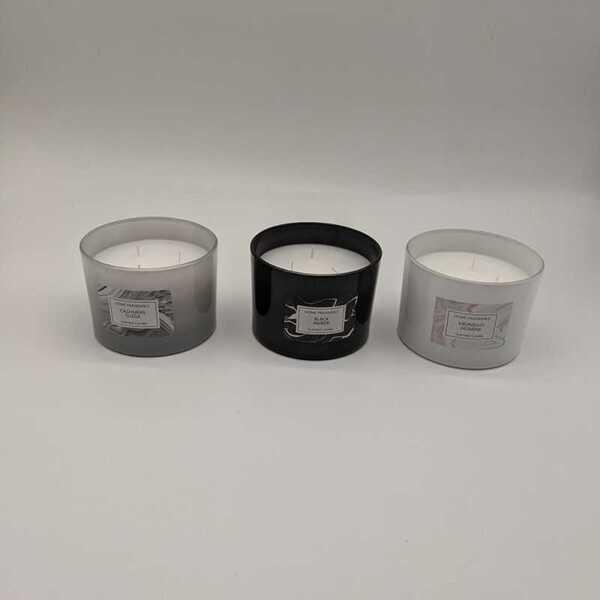 Duftkerze im Glas mit drei Dochte